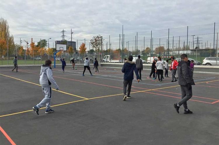 Le terrain de sport est ouvert aux élèves