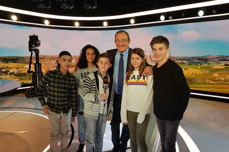 Les élèves de la WebTV sur le plateau du JT de 13 Heures de TF1